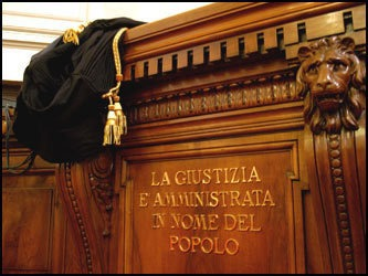 Tribunale legge sentenza