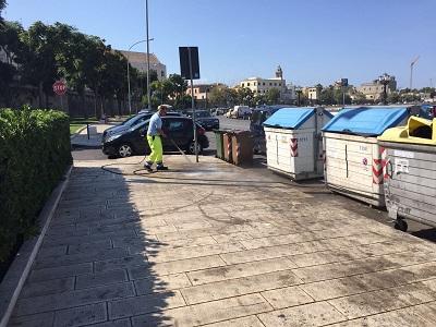 rifiuti abbandonati lungomare nazario sauro - lavaggio marciapiede