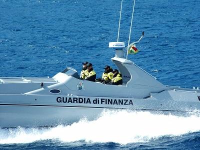 Bari fermato motoryacht con migranti a bordo