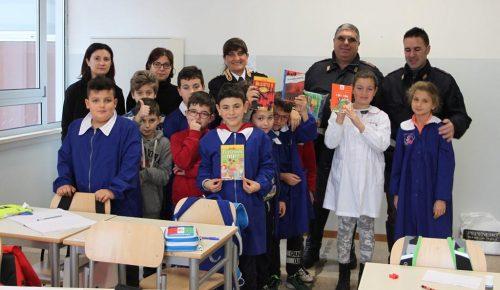 Libri e astucci per i bambini della scuola di Arquata del Tronto donati dalla Polizia di Lecce
