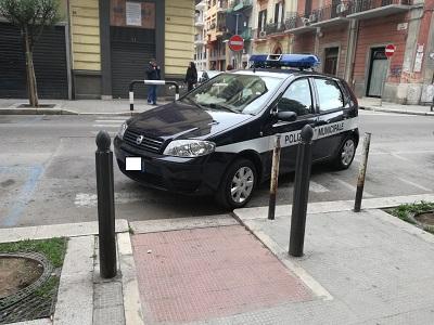 auto vigili parcheggiata in malo modo