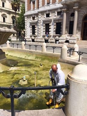 pulizia fontana di fronte banca d'italia