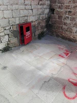 scritte sui muri della basilica - intervento pulizia amiu