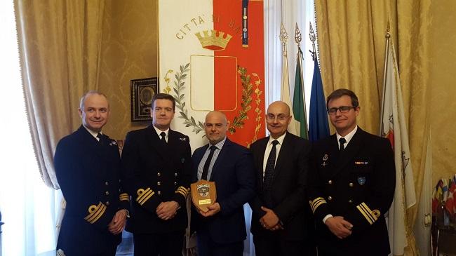 i comandanti delle unità delle marine britannica e spagnola attraccate al porto