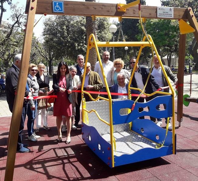 montata l'altalena accessibile a bambini con disabilità in piazza garibaldi