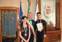 il commissario incontra due giovani campioni di danza