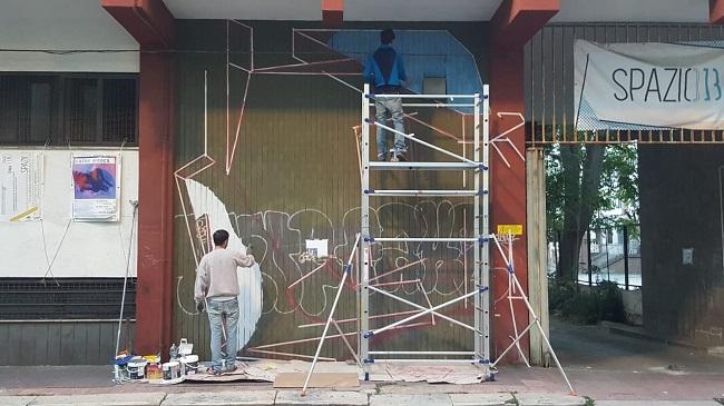 intervento di street art in corso a spazio 13