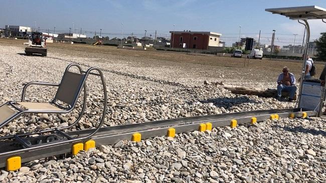 a torre quetta in corso le operazioni di montaggio della sea track tobea per l'accesso al mare dei disabili