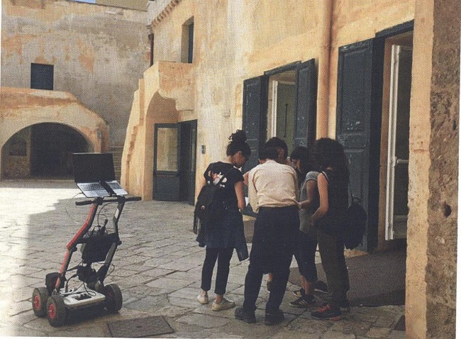 il gruppo al lavoro nel castello