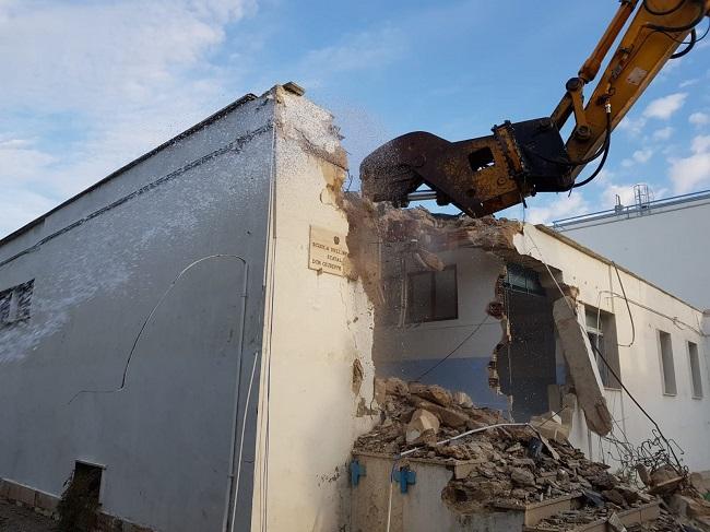 ruspe in azione per la costruzione nuova palestra scuola levi montalcini a torre a mare