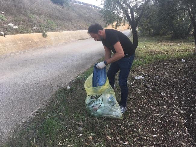 attività di contrasto all'abbandono dei rifiuti - assessore petruzzelli riconsegna sacco rifiuti al proprietario