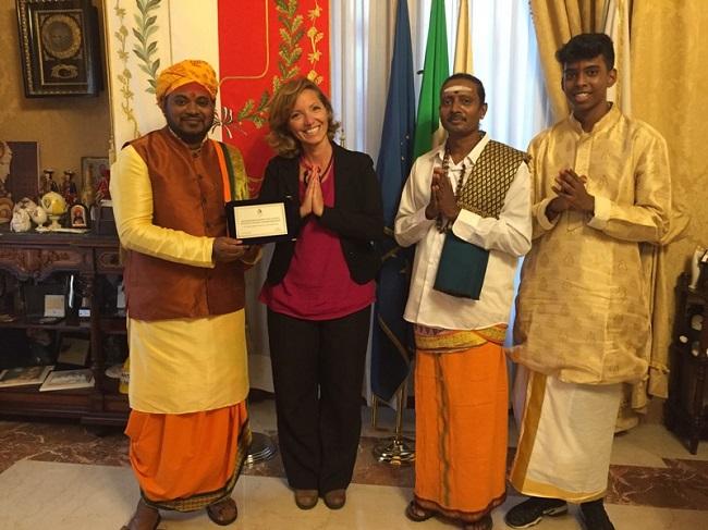 consegna targa di riconoscimento all'associazione mauriziana ganapati