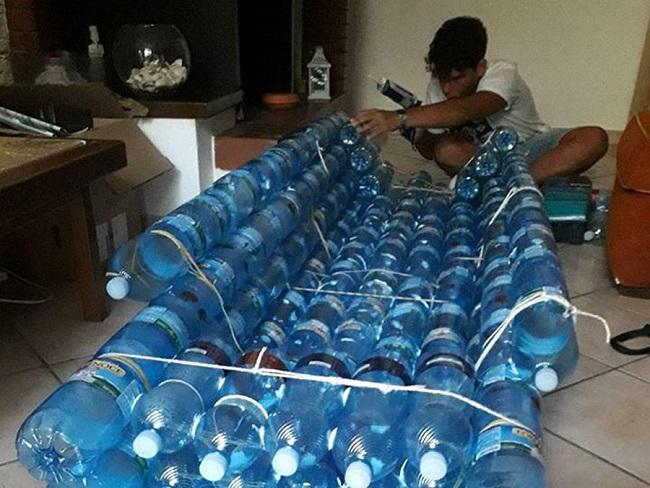 emanuele renna realizza canoa con bottiglie riciclate