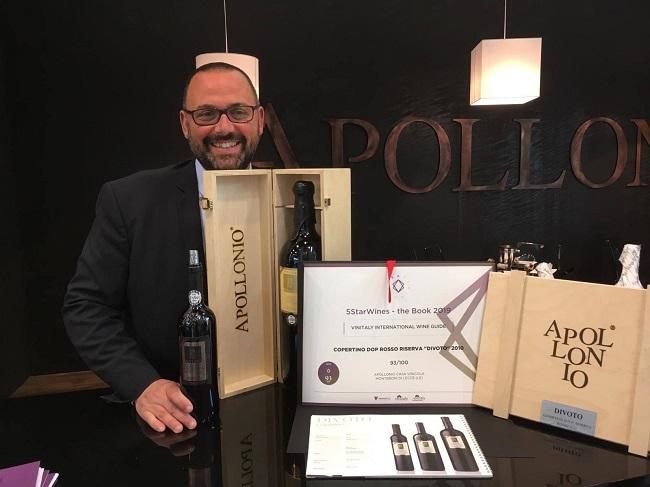 massimiliano apollonio con il vino premiato