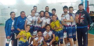 la seconda divisione maschile festeggia dopo la vittoria sulla capolista
