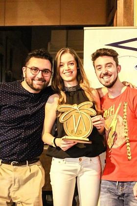 mister polignano (a sinistra) e il suo assistente antonello signorile premiano luciana Forino come migliore atleta della stagione