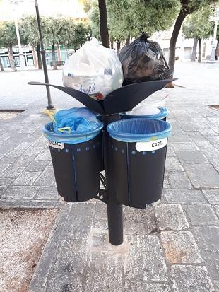 divieto conferimento contenitori, sacchi, buste di plastica o qualsivoglia materiale contenente rifiuti, all'interno, all'esterno eo sopra i cestini portarifiuti