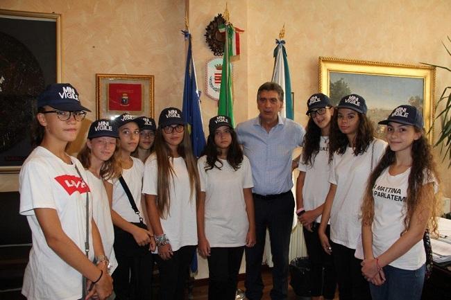 mini vigili, il saluto del sindaco cannito a una delegazione di nove alunne