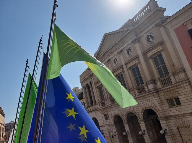 la città di barletta con il popolo curdo, issata bandiera a palazzo di città