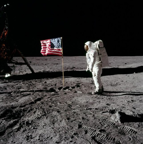 manifesto 'on moon'