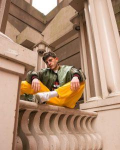 rkomi (seduto sul balcone)