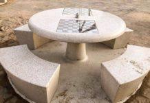 montati due tavoli da scacchi e dama a pane e pomodoro