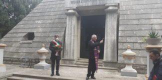 fiori e una preghiera per i defunti del cimitero di barletta