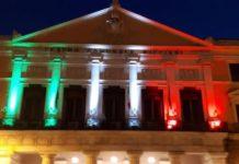 illuminata con i colori della bandiera italiana la facciata della sede del comune di bari