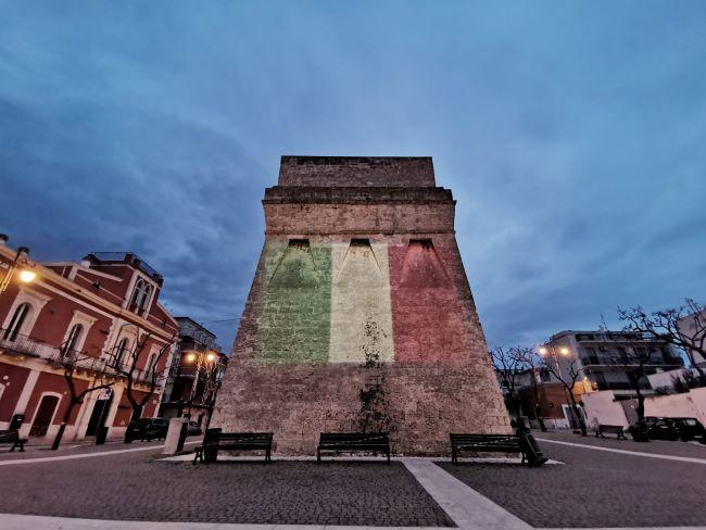 illuminata con i colori della bandiera italiana la torre di torre a mare
