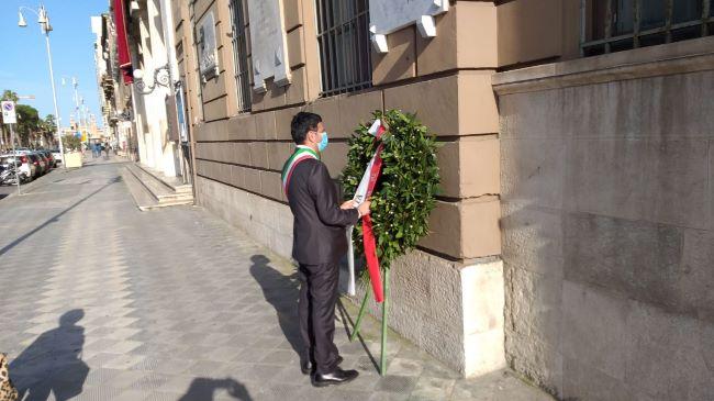 42° anniversario dell'assassinio di aldo moro, il sindaco depone una corona d'alloro sotto la targa commemorativa affissa a palazzo di città