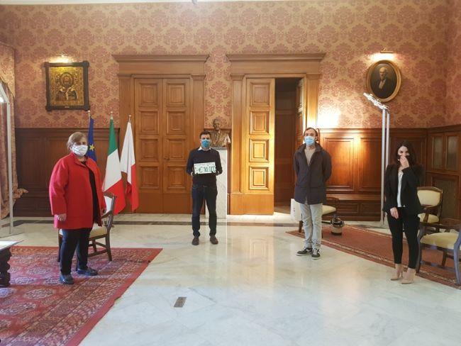 fotografi per bari dona 10 mila euro al comune