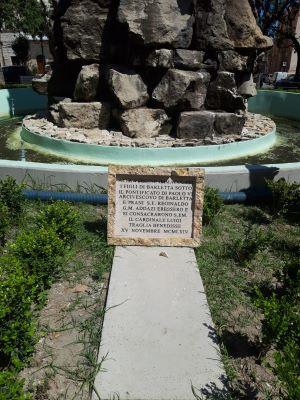 infranta la lapide dedicata a monumento madonna