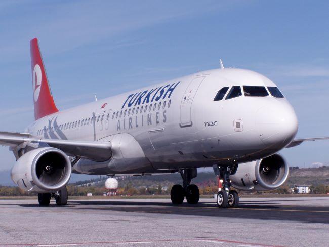 l'aereo della turkish airlines che fa la tratta bari-istanbul