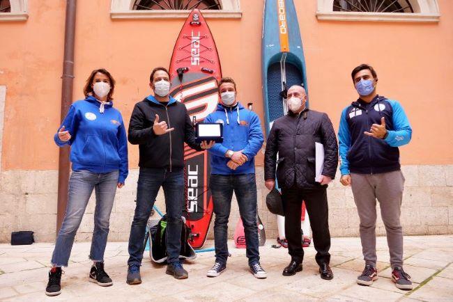 assessore petruzzelli alla consegna del riconoscimento dell'amministrazione comunale al campione italiano di sup davide alpino