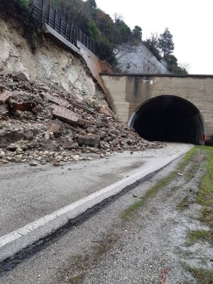orsara, crolla muro di contenimento sulla statale 90