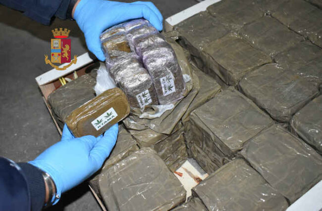 400 kg di hashish in un box, arrestati coniugi a Noicattaro