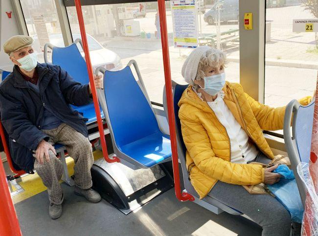 coppia di anziani su bus-vax kyma mobilità ld