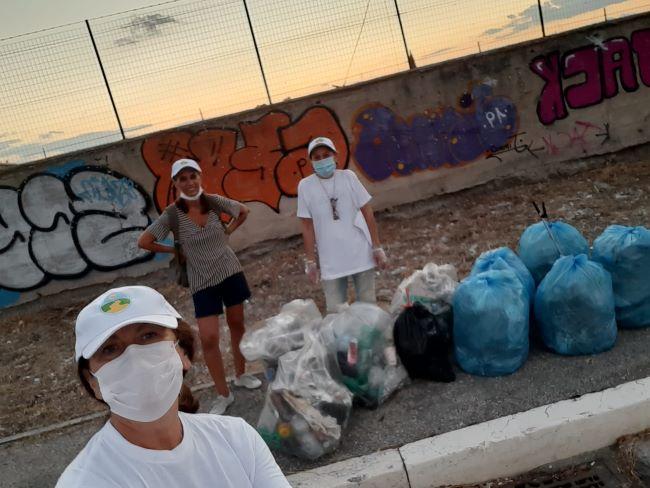 sporcizia e rifiuti raccolti dai volontari a foggia