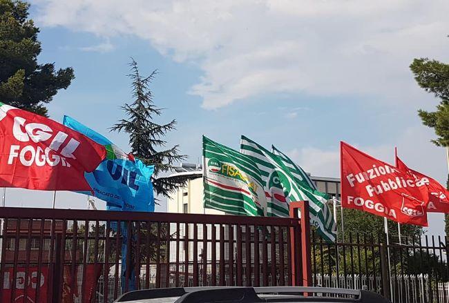 conferenza le bandiere dei sindacati