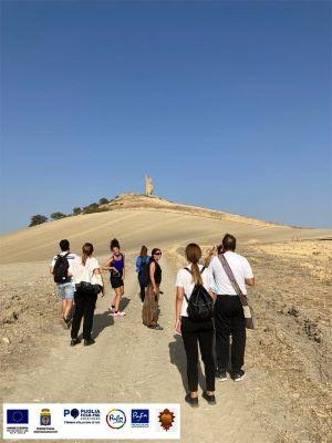 giornalisti in cammino verso il sito archeologico e la torre di montecorvino