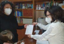 la dottoressa arcangela de vivo consegna una ricetta della gentilezza a una piccola paziente