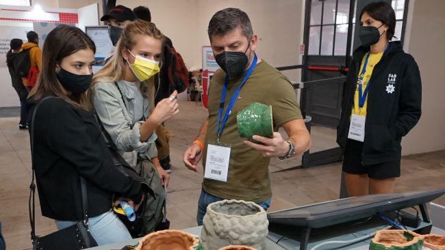 il prof. parisi con alcuni studenti nello stand a roma